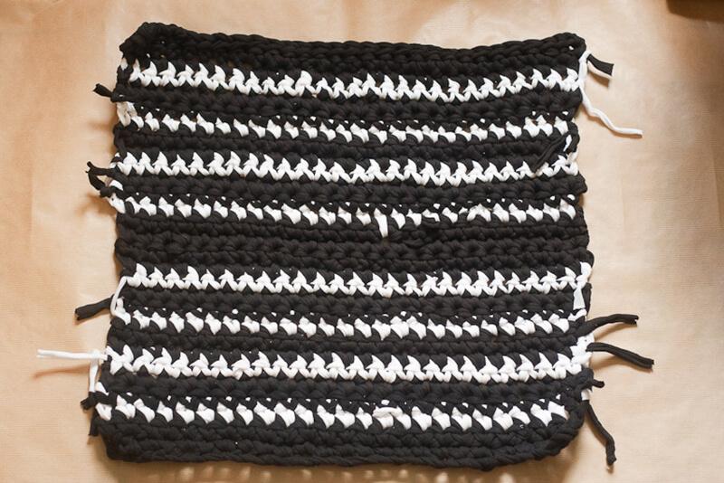 3ade36d701ec Ручки для такой сумки можно сделать из заплетенных косичек из тех же  трикотажных жгутов, или же использовать другой материал (ручки от старой  сумки, ...