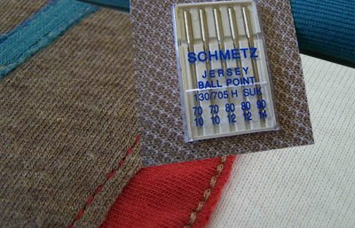7dfc0789320d Ну и в третьих, для пошива трикотажа применяются специальные иглы и нитки.  Последний пункт является решающим для вашей швейной машинки, поэтому  давайте ...