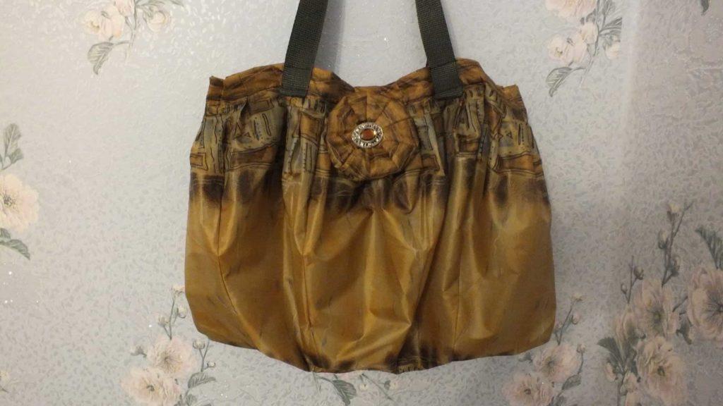 3edf4c782f28 Сперва нужно аккуратно снять ткань со спиц и можно приступать к шитью  практичной и красивой сумки из старого зонта. Смотрите подробный  мастер-класс: Как ...