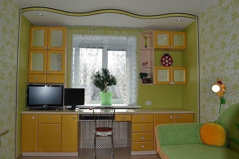 Стол со шкафами вдоль окна